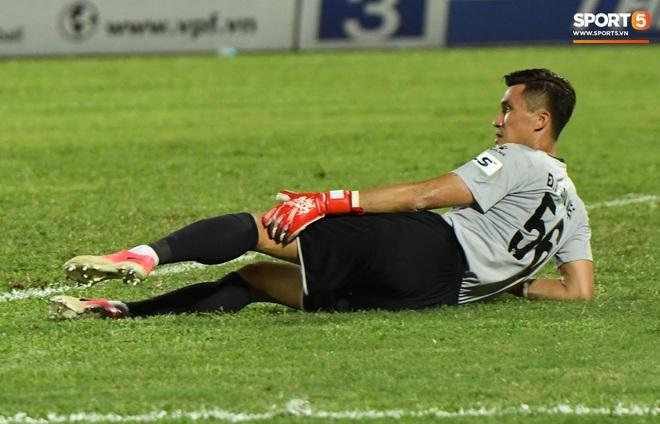 Đội trưởng Quảng Nam phát cáu vì đối thủ tự nhiên nằm sân, còn đội ngũ y tế thì quá chậm chạm - ảnh 4