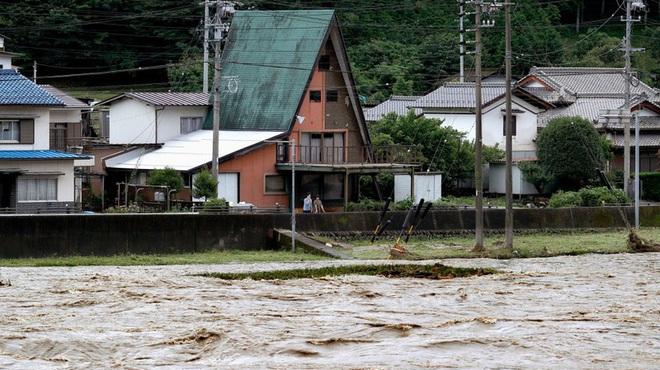 Hàng nghìn hộ dân ở Nhật Bản bị cô lập vì mưa lũ - ảnh 1
