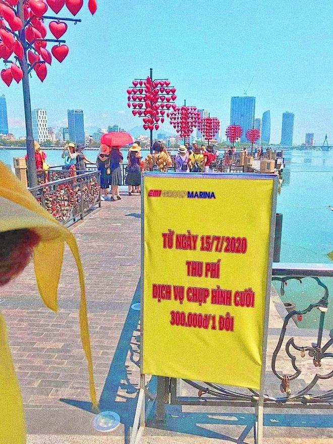 Cô dâu, chú rể phải trả 300 nghìn đồng để chụp ảnh ở cầu tình yêu Đà Nẵng - ảnh 1
