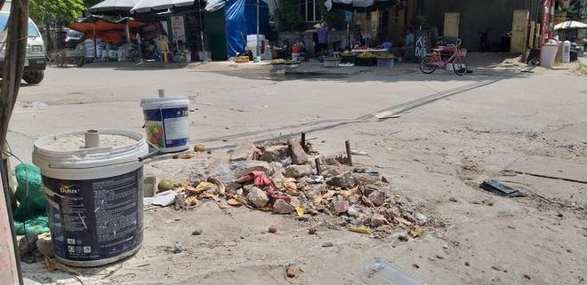 Vụ người phụ nữ bán hoa quả bị đâm tử vong ở Hà Nội: Một khách hàng đem 2 nghìn đồng đến hiện trường trả lại cho người đã khuất - ảnh 1
