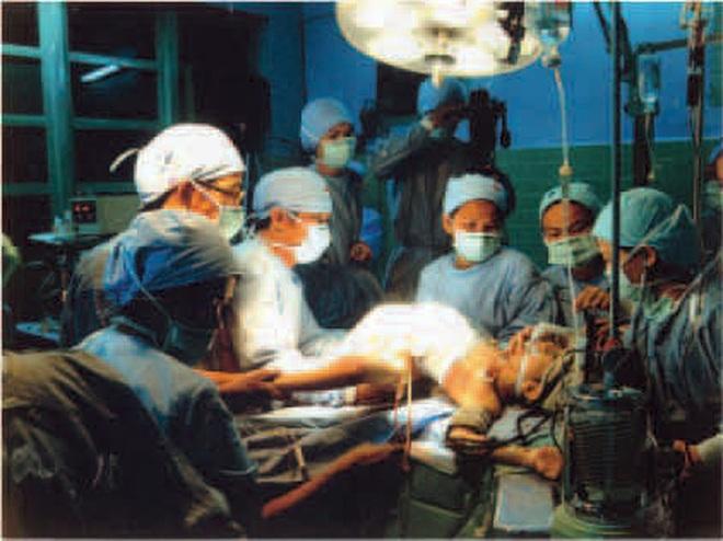 Nhìn lại ca phẫu thuật tách cặp song sinh Việt - Đức 32 năm trước: Ca mổ đi vào lịch sử y học Việt Nam - ảnh 7