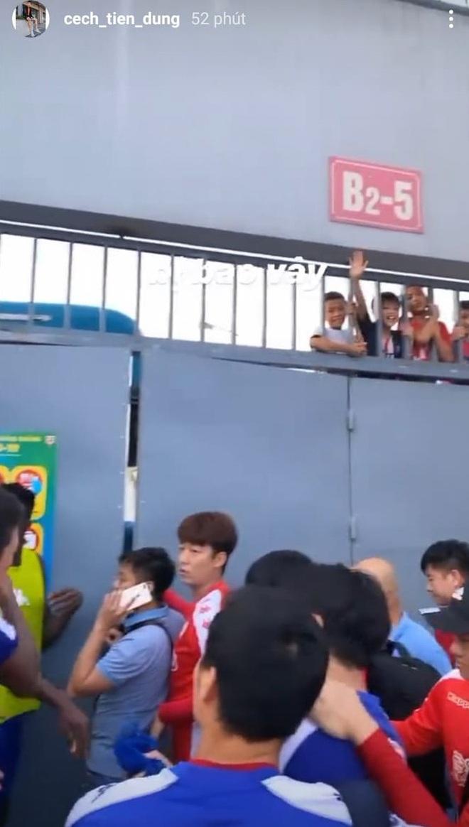 Hà Tĩnh thất thủ vì Công Phượng và đồng đội: Cổ động viên bao vây tứ phía, thành viên CLB TP HCM sốt ruột trèo tường - ảnh 1