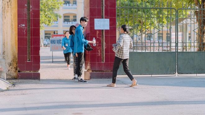 Người mẹ chạy vội vã đến mang giấy tờ cho đứa con đi thi để quên ở nhà, ánh mắt nhìn vào đầy lo âu - ảnh 1