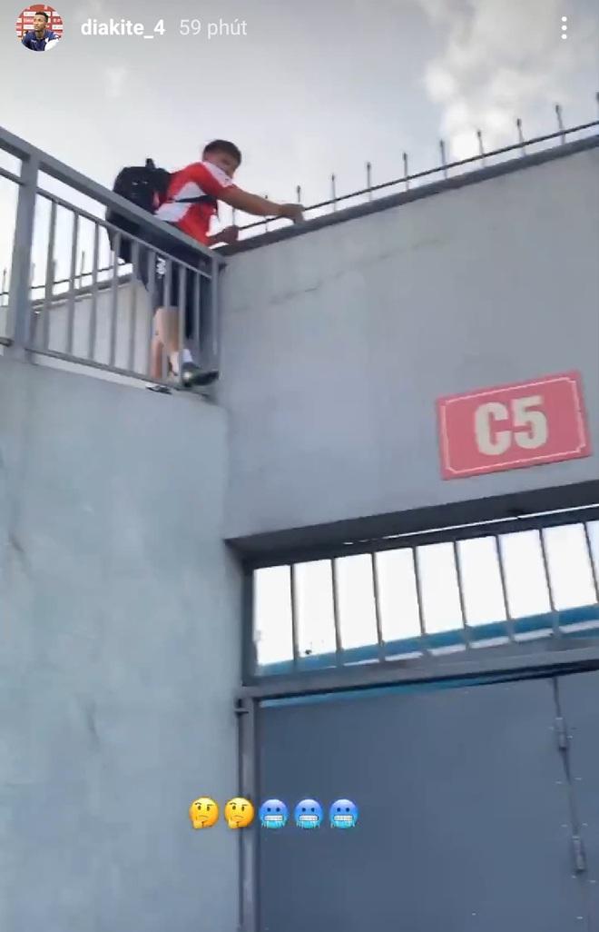 Hà Tĩnh thất thủ vì Công Phượng và đồng đội: Cổ động viên bao vây tứ phía, thành viên CLB TP HCM sốt ruột trèo tường - ảnh 3