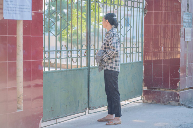 Người mẹ chạy vội vã đến mang giấy tờ cho đứa con đi thi để quên ở nhà, ánh mắt nhìn vào đầy lo âu - ảnh 3