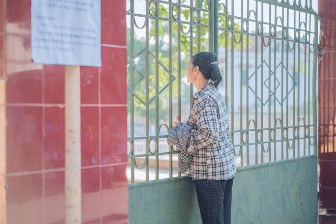 Người mẹ chạy vội vã đến mang giấy tờ cho đứa con đi thi để quên ở nhà, ánh mắt nhìn vào đầy lo âu - ảnh 4