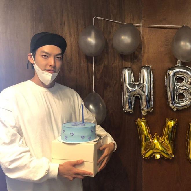Tiệc sinh nhật Kim Woo Bin: Để mặt mộc, chẳng lên đồ vẫn bảnh, đón ngày vui ở mái nhà chung với Shin Min Ah - ảnh 3