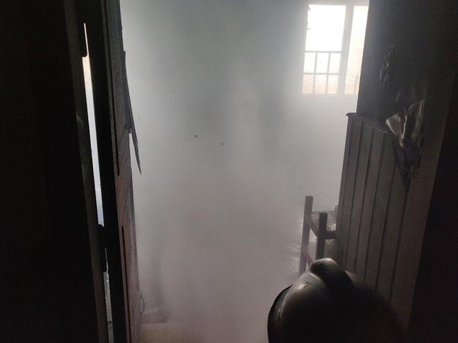 6 người thoát chết trong phòng trọ cháy dữ dội ở TP HCM - ảnh 1