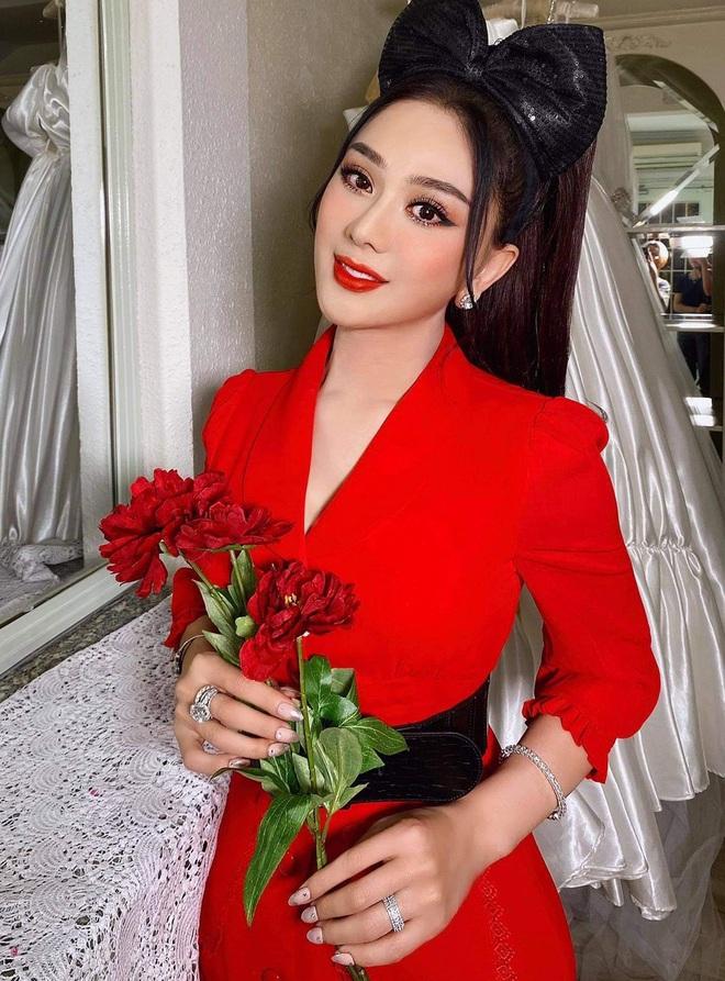 Lâm Khánh Chi được chồng trẻ hôn thắm thiết ở tiệc sinh nhật, ai dè nhẫn kim cương khủng ở tay chiếm trọn sự chú ý