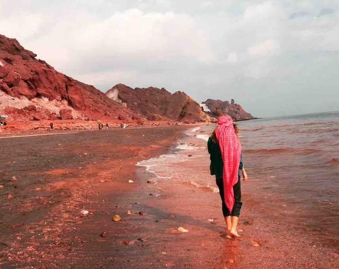 Clip: Sóng đánh đỏ ngầu như máu ở vùng biển kỳ lạ bậc nhất thế giới, khách du lịch đổ xô tới để tìm hiểu nguyên nhân - Ảnh 3.