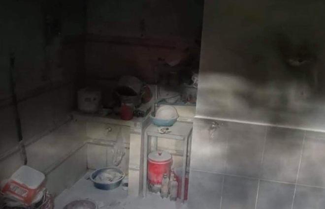 TP.HCM: Vợ ghen tuông tạt xăng đốt nhà khiến chồng và con gái bị phỏng, phải nhập viện cấp cứu - ảnh 1