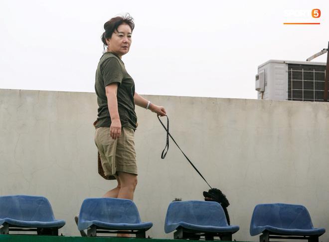 HLV Park Hang-seo dành cử chỉ đặc biệt khiến bà xã bật cười trước trận đấu tập của U22 Việt Nam - ảnh 1