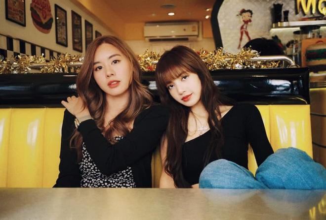 Cô bạn thân của Lisa ở Thái Lan: Nhan sắc đẹp chẳng kém idol, style đơn giản mà vẫn sexy hết nút - Ảnh 1.