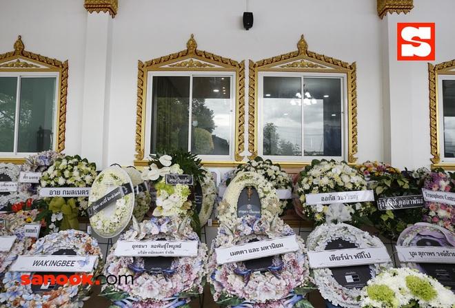 Đám tang bố nữ minh tinh Thái quyền lực: Cả dàn sao khủng đến tiễn biệt, Lisa (BLACKPINK) gửi vòng hoa chia buồn - ảnh 13