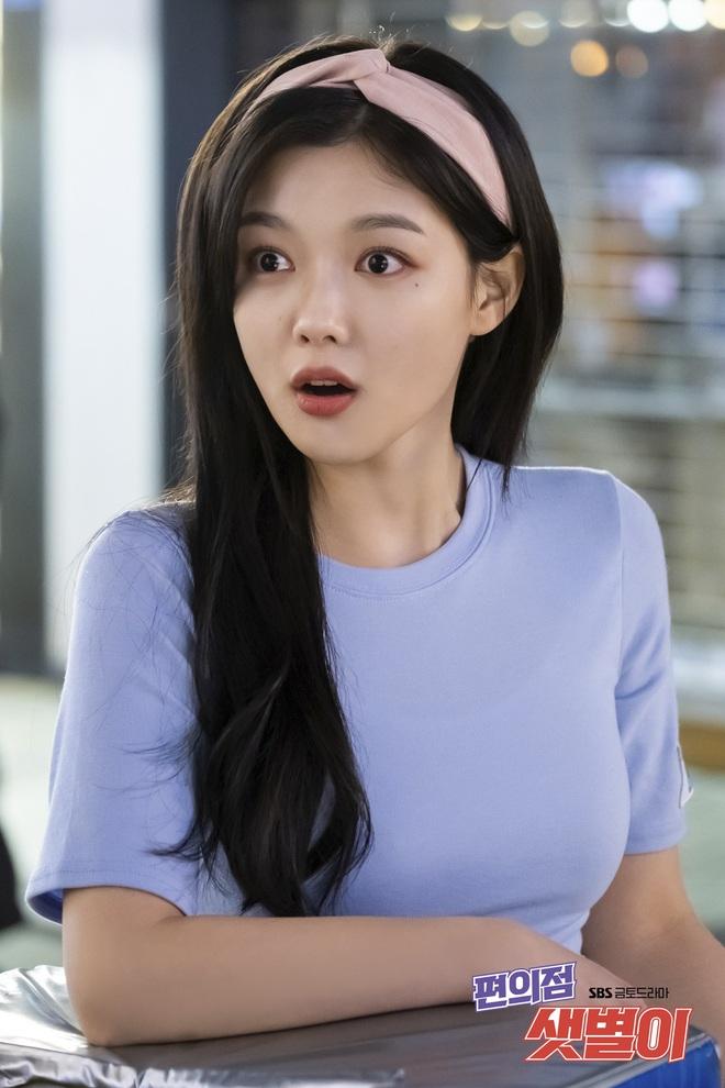 Vào vai cô nhân viên cửa hàng tiện lợi, mỹ nhân Kim Yoo Jung diện đồ hết sức bình dân, có nhiều món giá chỉ loanh quanh 500k - ảnh 2