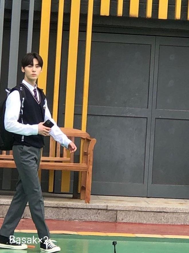 Siêu nam thần Hwang Min Hyun lộ ảnh hậu trường phim thanh xuân, quá khứ nợ chị em một cậu bạn điển trai như này này! - ảnh 4