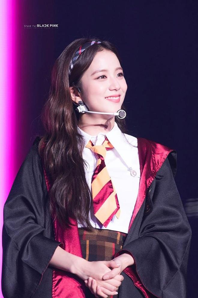 Dính nghi án bị ghẻ lạnh nhưng riêng chuyện đeo bờm, Jisoo được ưu ái nhất Black Pink, lần nào diện cũng xinh đến si mê - ảnh 1