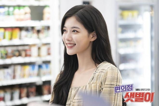 Vào vai cô nhân viên cửa hàng tiện lợi, mỹ nhân Kim Yoo Jung diện đồ hết sức bình dân, có nhiều món giá chỉ loanh quanh 500k - ảnh 4