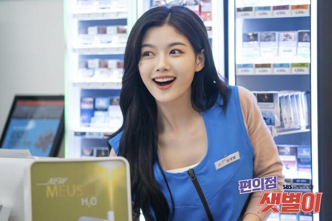 Vào vai cô nhân viên cửa hàng tiện lợi, mỹ nhân Kim Yoo Jung diện đồ hết sức bình dân, có nhiều món giá chỉ loanh quanh 500k - ảnh 3