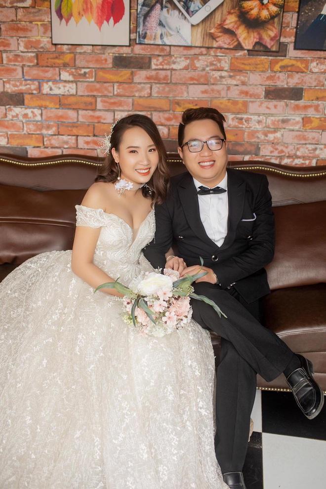 """Bỏ 2 triệu thuê thợ chụp ảnh ngày cưới, cô dâu """"khóc thét"""" khi nhận thành quả cháy sáng đến mờ mịt, biểu cảm thất thần khó tả - Ảnh 10."""