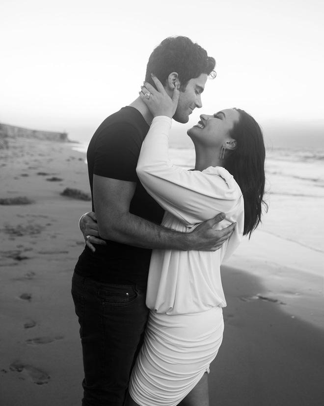 HOT: Demi Lovato đính hôn với bạn trai chỉ sau 4 tháng hẹn hò, khoe nhẫn kim cương khủng trên MXH - Ảnh 4.