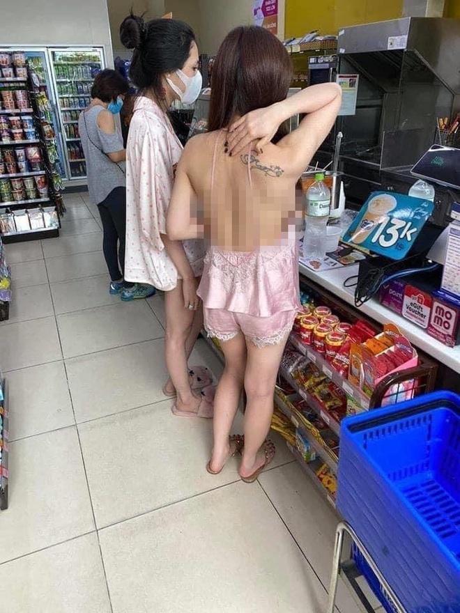 Cô gái mặc áo 2 dây để lộ toàn bộ lưng trần cùng vòng 1 hớ hênh khi mua đồ ở cửa hàng tiện lợi khiến nhiều người nóng mắt - ảnh 1