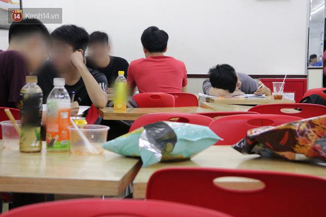 Sinh viên chen nhau ôn thi cuối kỳ ở cửa hàng tiện lợi đến 2-3h sáng vì nắng nóng - ảnh 7