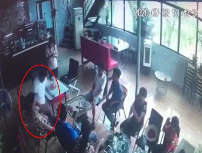 Clip: Kinh hoàng khoảnh khắc gã đàn ông bất ngờ đâm bạn tử vong trong quán cafe ở Hà Nội - ảnh 1