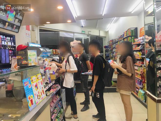 Sinh viên chen nhau ôn thi cuối kỳ ở cửa hàng tiện lợi đến 2-3h sáng vì nắng nóng - ảnh 6