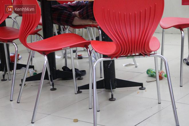Sinh viên chen nhau ôn thi cuối kỳ ở cửa hàng tiện lợi đến 2-3h sáng vì nắng nóng - ảnh 4