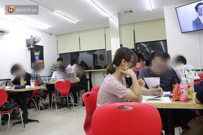 Sinh viên chen nhau ôn thi cuối kỳ ở cửa hàng tiện lợi đến 2-3h sáng vì nắng nóng - ảnh 2