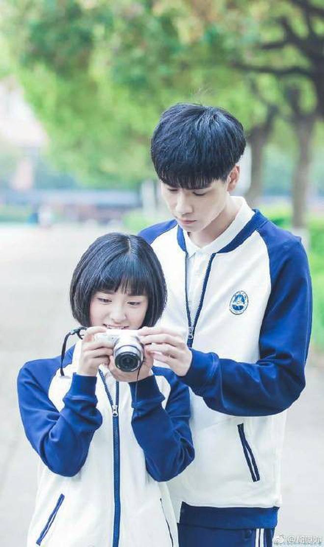 """""""Gửi Thời Thanh Xuân"""" bản Hoa và Hàn: Kim Yo Han lẫn Hồ Nhất Thiên cùng kiếp bình hoa, trong khi nữ chính đều được đo ni đóng giày? - ảnh 8"""
