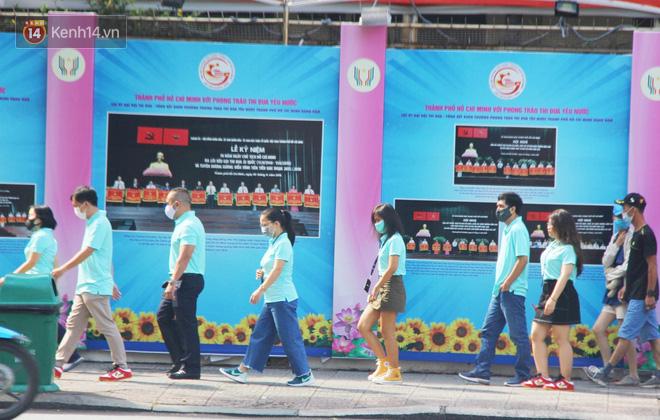 Người Sài Gòn nhắc nhau đeo khẩu trang nơi công cộng, bình tĩnh khi có ca nhiễm mới: Có chung tay thì mới đẩy lùi được dịch bệnh - Ảnh 20.