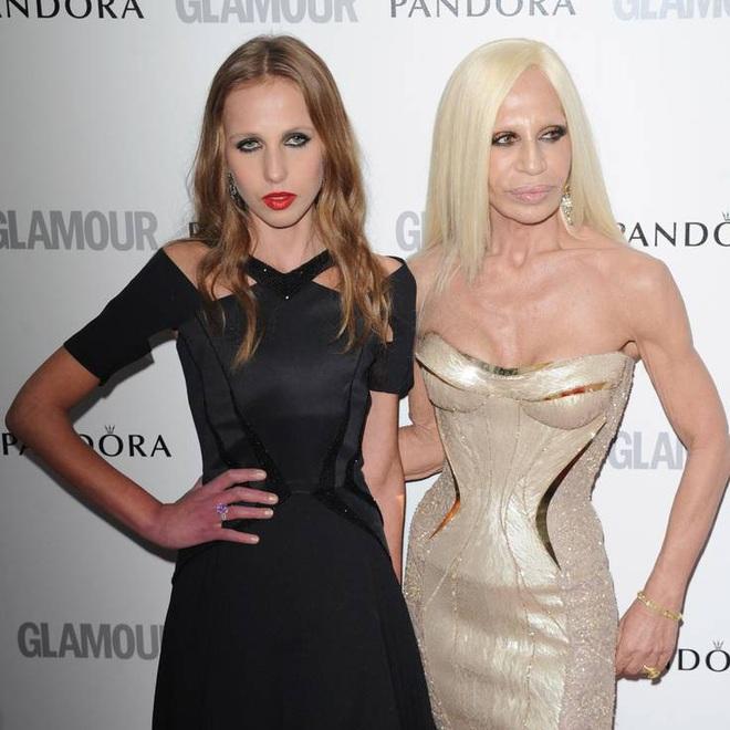 Cuộc sống như địa ngục của Ái nữ đế chế Versace: Thừa kế công ty khi mới 11 tuổi, tài sản hàng trăm triệu đô nhưng không có lấy một ngày vui vẻ - ảnh 5