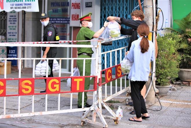 Người dân Đà Nẵng cùng mang nhu yếu phẩm tiếp tế cho bệnh nhân, bác sĩ, công an trong khu cách ly: Các bạn cần gì cứ nói! - Ảnh 17.