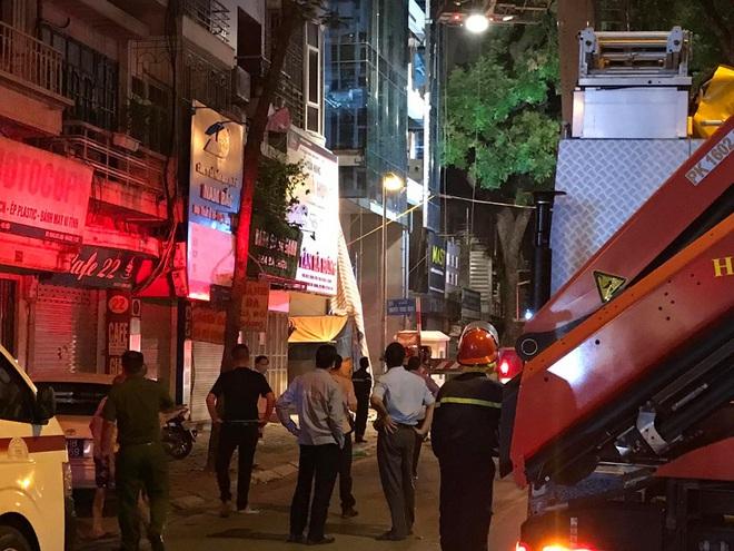 Hà Nội: Sập giàn giáo khiến nhiều công nhân rơi từ tầng cao xuống đất, 4 người thương vong - Ảnh 5.