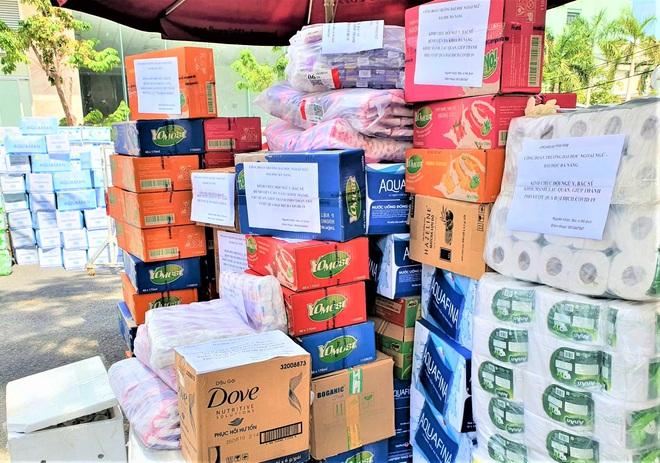 Người dân Đà Nẵng cùng mang nhu yếu phẩm tiếp tế cho bệnh nhân, bác sĩ, công an trong khu cách ly: Các bạn cần gì cứ nói! - Ảnh 10.