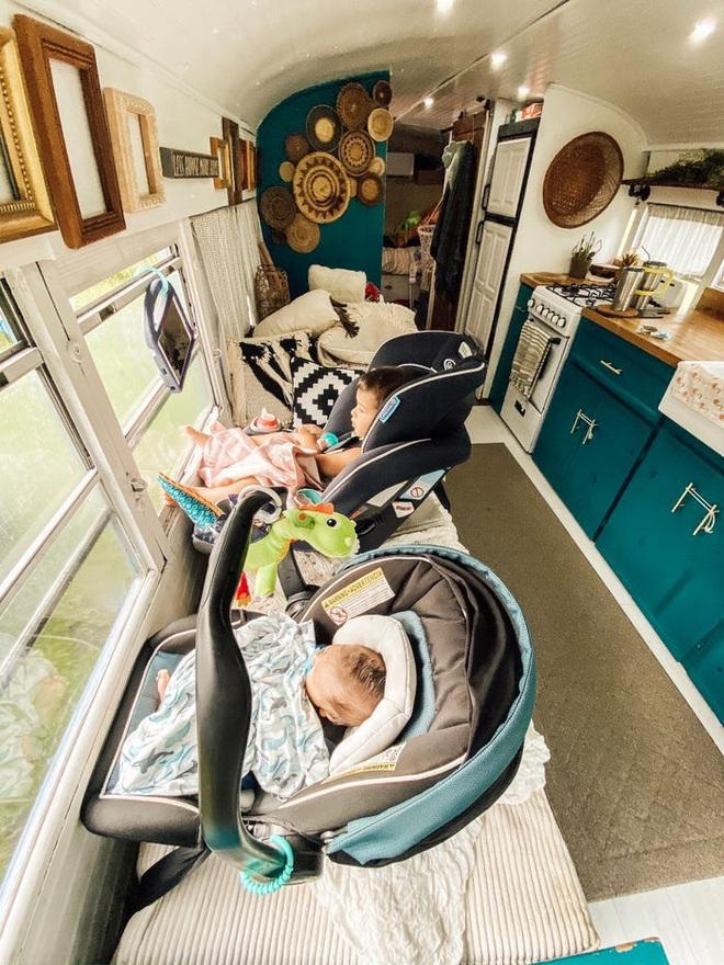 Chùm ảnh: Đôi vợ chồng trẻ biến xe bus thành ngôi nhà di động đẹp như trong cổ tích làm nức lòng người yêu xê dịch - Ảnh 2.
