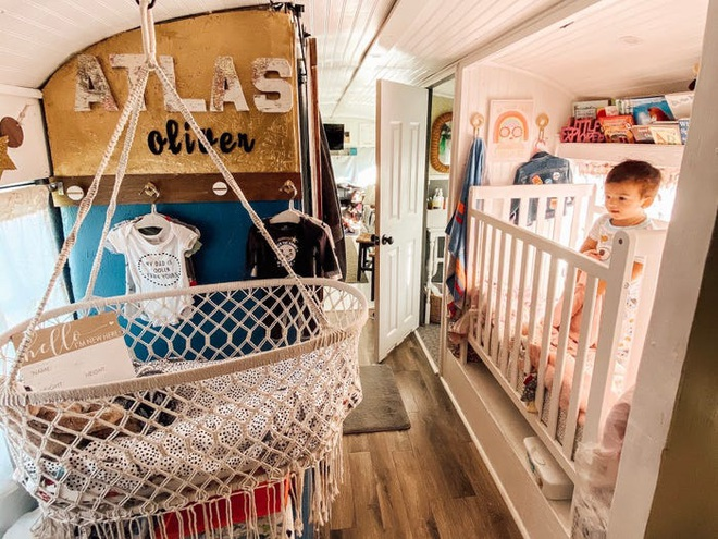 Chùm ảnh: Đôi vợ chồng trẻ biến xe bus thành ngôi nhà di động đẹp như trong cổ tích làm nức lòng người yêu xê dịch - Ảnh 4.