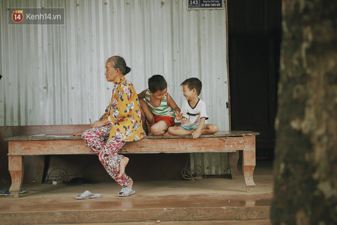 Bố mất, mẹ lặng lẽ bỏ đi khiến 2 đứa trẻ côi cút, đói ăn bên bà nội già yếu: Sao con không có bố mẹ như mấy bạn vậy nội - ảnh 1