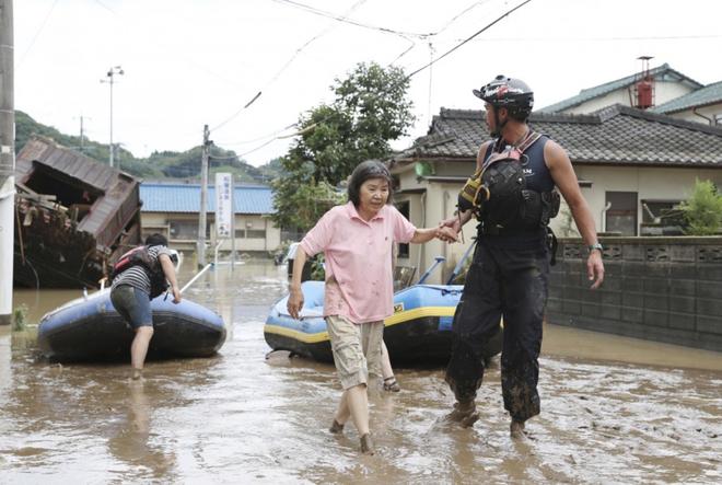 Mưa lớn kỉ lục gây lũ lụt nghiêm trọng ở Nhật Bản: Nhà cửa chìm trong biển nước, người dân phải trèo lên mái chờ giải cứu - ảnh 8