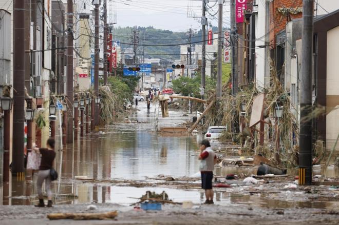 Mưa lớn kỉ lục gây lũ lụt nghiêm trọng ở Nhật Bản: Nhà cửa chìm trong biển nước, người dân phải trèo lên mái chờ giải cứu - ảnh 7