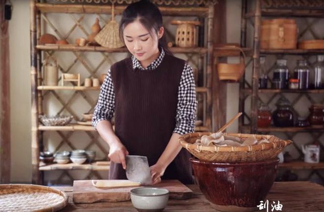 """""""Tiên nữ đồng quê"""" Lý Tử Thất, """"Thánh ăn công sở"""" Tiểu Dã và 2 YouTuber ăn uống đình đám nhất Trung Quốc hiện nay - Ảnh 11."""