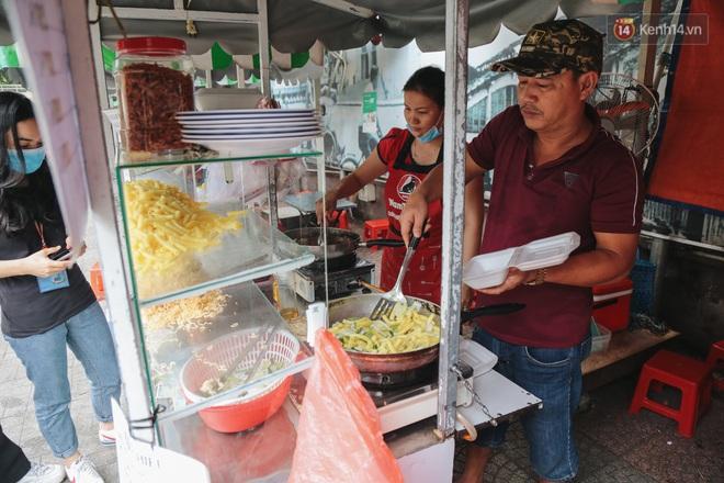 Phố hàng rong hợp pháp đầu tiên ở Sài Gòn hiện giờ ra sao sau gần 3 năm hoạt động? - ảnh 4