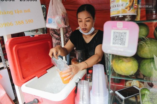 Phố hàng rong hợp pháp đầu tiên ở Sài Gòn hiện giờ ra sao sau gần 3 năm hoạt động? - ảnh 17