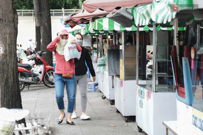 Phố hàng rong hợp pháp đầu tiên ở Sài Gòn hiện giờ ra sao sau gần 3 năm hoạt động? - ảnh 16