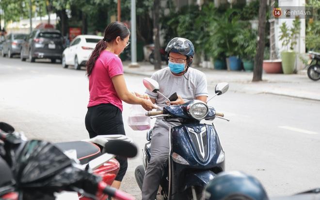 Phố hàng rong hợp pháp đầu tiên ở Sài Gòn hiện giờ ra sao sau gần 3 năm hoạt động? - ảnh 12