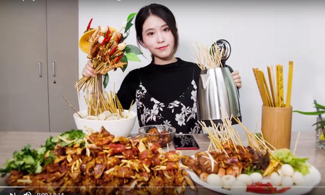 """""""Tiên nữ đồng quê"""" Lý Tử Thất, """"Thánh ăn công sở"""" Tiểu Dã và 2 YouTuber ăn uống đình đám nhất Trung Quốc hiện nay - Ảnh 5."""