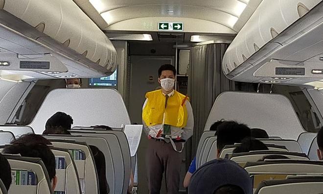 Xé vỏ áo phao, chây ì nộp phạt, một phụ nữ bị cấm bay - ảnh 1