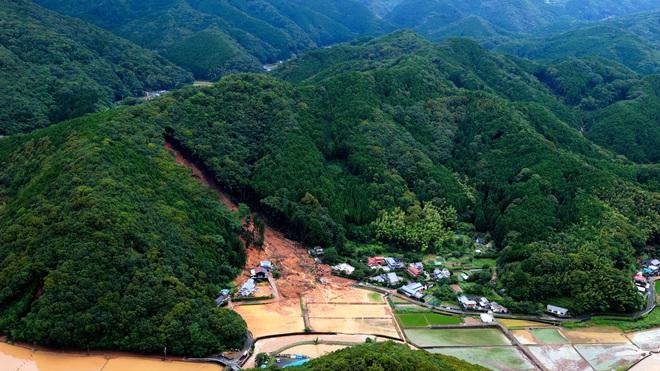 Mưa lớn kỉ lục gây lũ lụt nghiêm trọng ở Nhật Bản: Nhà cửa chìm trong biển nước, người dân phải trèo lên mái chờ giải cứu - ảnh 3